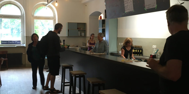 Die Cantina Ist Täglich Geöffnet Und Bietet Günstigen Mittagstisch Für Die Nachbarschaft Und Die Mieter An.