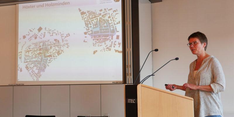 Anke Kaschlik Von Der HAWK Erläuterte Die Analyseergebnisse Und Stellte Erste Ideen Für Die Altstadt Zur Diskussion.