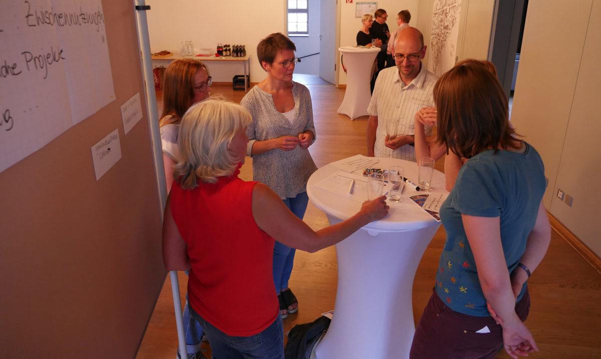 An Thementischen wurden im Anschluss Ideen vertieft, Schwerpunkte gesetzt und erste Kontakte geknüpft.