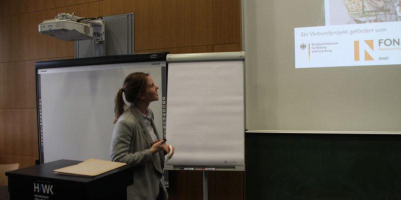 Jaqueline Schmidt Von Der HAWK Stellte Den Projektverbund Sowie Zentrale Ziel- Und Fragestellungen Von TransZ Vor.