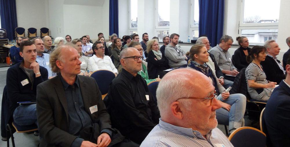 40 Interessierte und Engagierte aus dem Stadtteil haben sich zum Ideenworkshop in der Aula der Schule Telemannstraße getroffen.