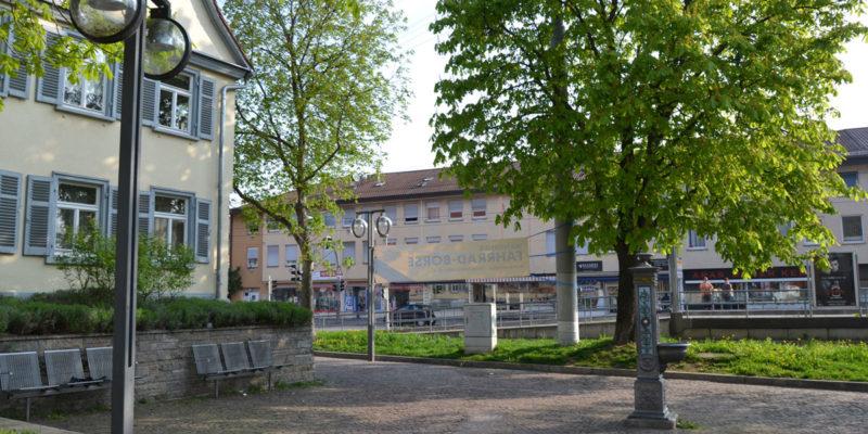 Auf Dem Marktplatz In Wangen Findet Kein Markt Mehr Statt. An Den Platz Grenzt Das Bezirksrathaus An. Dort Hat Beate Dietrich, Die Bezirksvorsteherin Von Wangen, Ihren Sitz.