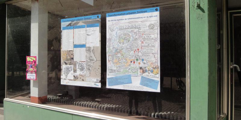 In Einem Leerstehenden Ladenlokal In Der Oberen Straße Wird Mit Zwei Plakaten Auf Das TransZ-Projekt Hingewiesen Und Erste Ideen Aus Der Auftaktveranstaltung Gezeigt.