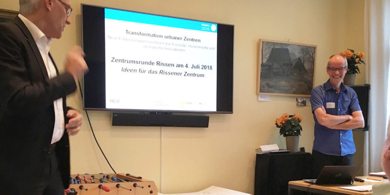 Der 1. Vorsitzende Des Bürgervereins Rissen, Claus W. Scheide Begrüßt Das TransZ-Team (hier Stefan Kreutz Von Der HCU) In Den Räumen Der Alten Schule Im Historischen Dorfkern.