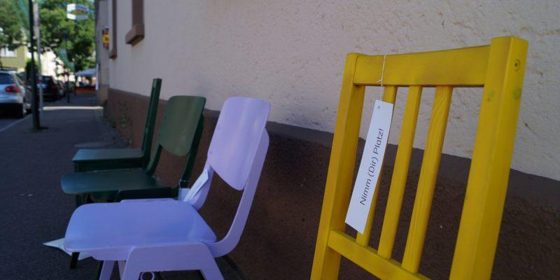 Frei Bewegbare Stühle Vor Dem Rössle, Der Begegnungsstätte Und Dem Alten Rathaus Haben Zum Verweilen Eingeladen.