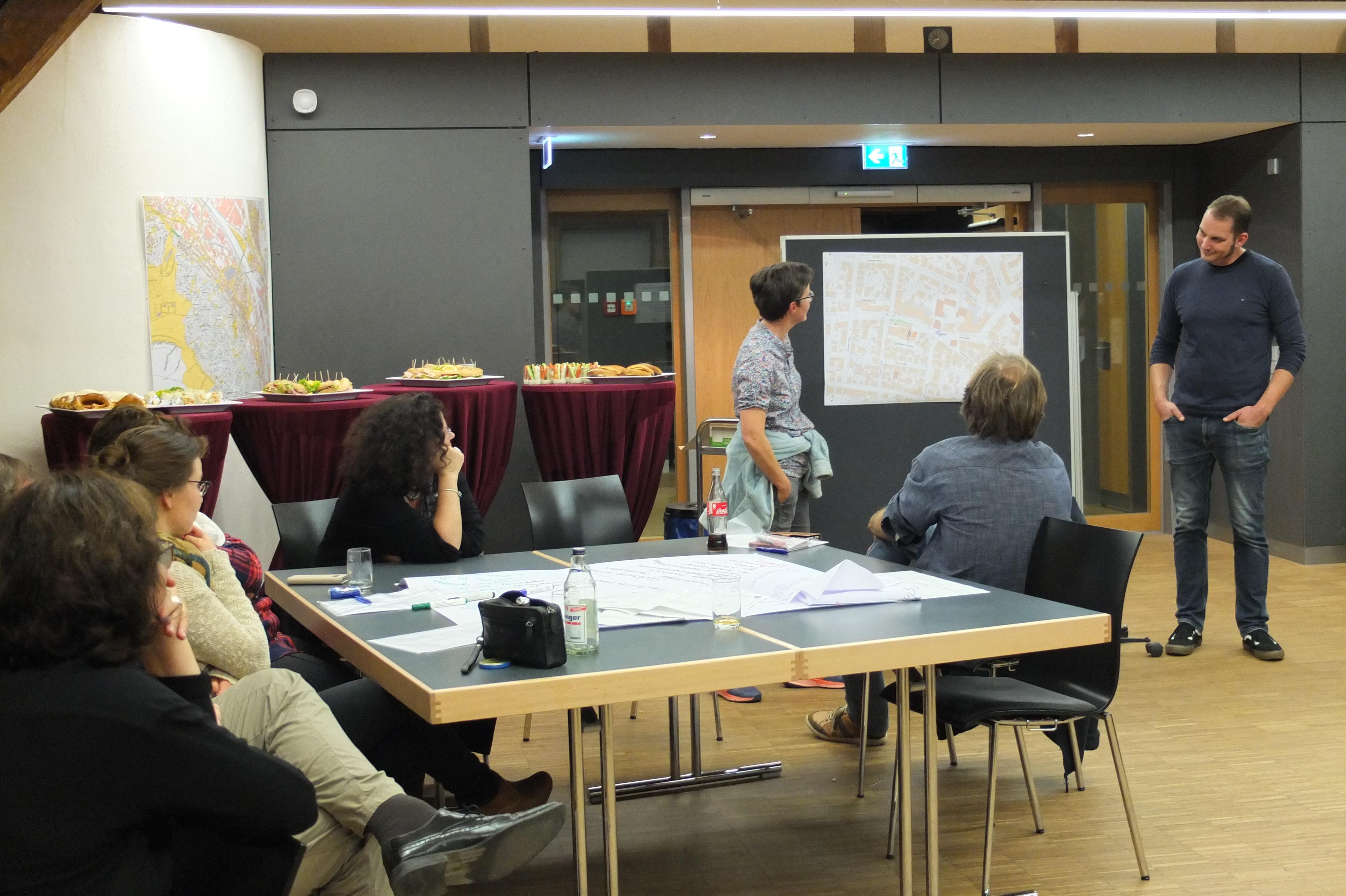 Die Gruppe StadtGerüst stellt die Ideen für den Keltervorplatz vor